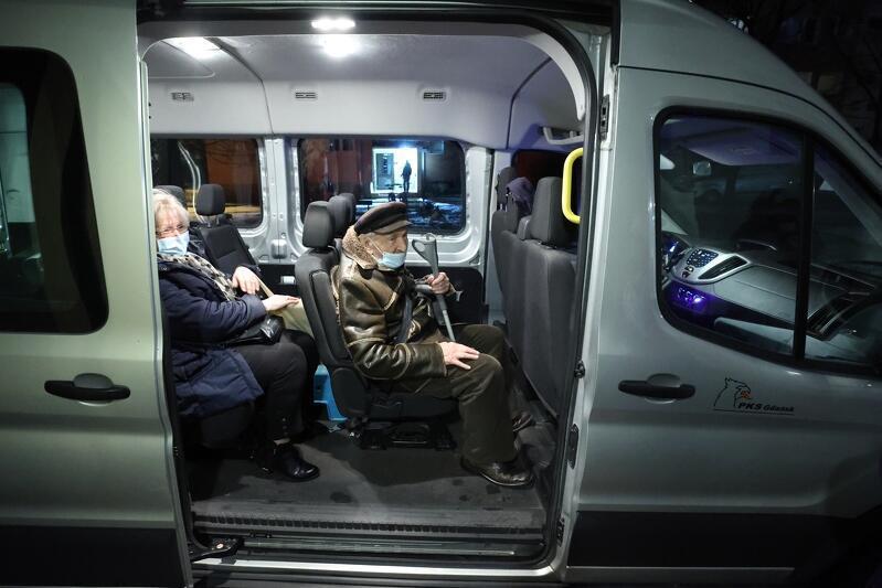 Starszy mężczyzna siedzi w busie
