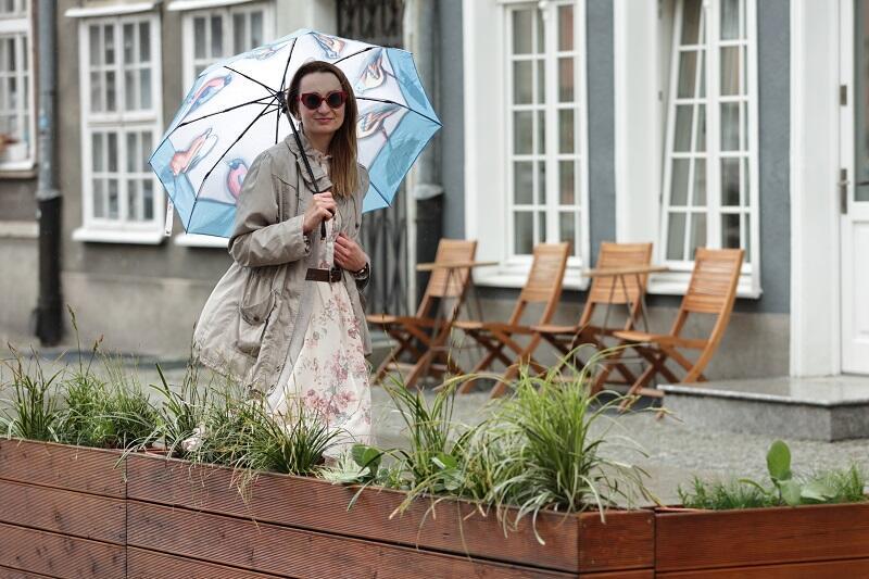 Bożena Żmijewska kierowniczka Działu Użytkowania Przestrzeni Publicznej Gdańskiego Zarządu Dróg i Zieleni na przekór obecnej aurze wczuwa się w klimat letniego ogródka