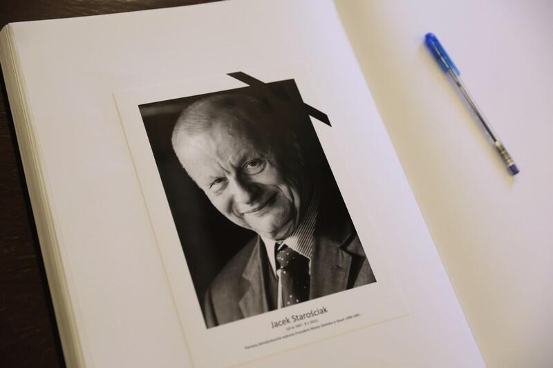 Księga kondolencyjna została wyłożona w siedzibie Rady Miasta Gdańska. Można się do niej wpisywać w dniach 10-14 maja