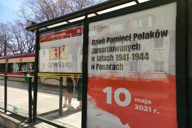 O rocznicy Zbrodni w Ponarach przypominały plakaty, które pojawiły się na przystankach komunikacji miejskiej w Gdańsku
