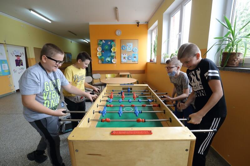 Piłkarzyki w szkole? Czemu nie, takie stoły jak ten ze Szkoły Podstawowej nr 60 w Gdańsku są również w innych placówkach