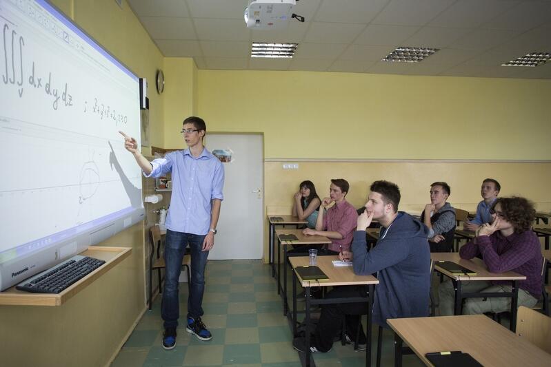 Uczniowie XX Liceum Ogólnokształcącego w Gdańsku, zdjęcie archiwalne - lekcja w klasie, siedzenie w ławkach... dla wielu uczniów w tym roku szkolnym odbędzie się po raz pierwszy od września 2020 r.
