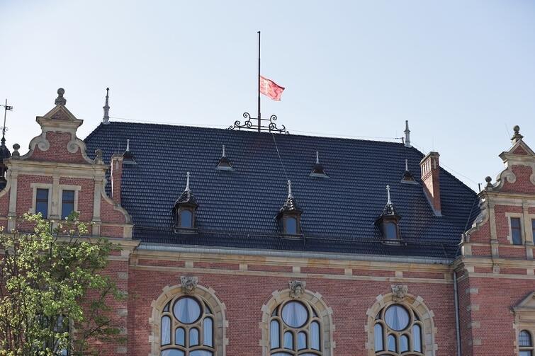 Gdańsk żegna pierwszego prezydenta - flaga na budynku Rady Miasta Gdańska opuszczona do połowy