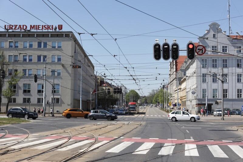 Frgmenty budunków stojących po obu stronach ulicy