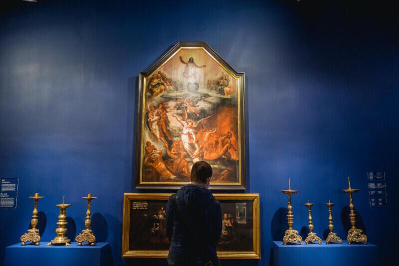 Wystawa dzieli się na trzy strefy: w pierwszej przedstawiono sztukę kościelną, w drugiej - obiekty związane z działalnością publiczną mieszczan, w trzeciej - przedmioty zapełniające prywatną przestrzeń gdańskiego domu