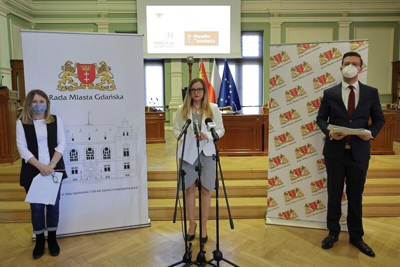 Przewodniczący koalicyjnych klubów: Beata Dunajewska (z lewej) i Cezary Śpiewak-Dowbór, a także przewodnicząca Rady Miasta Gdańska Agnieszka Owczarczak (po środku) podsumowali półmetek obecnej kadencji RMG