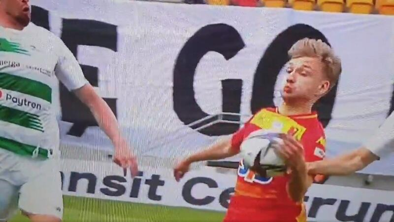 Kadr z relacji telewizyjnej Canal+. Zapis filmowy pokazuje wyraźnie, że zawodnik Jagielloni przepchnął sobie piłkę wewnętrzną częścią dłoni, tak by móc ją opanować i kontynuować atak na bramkę gdańszczan