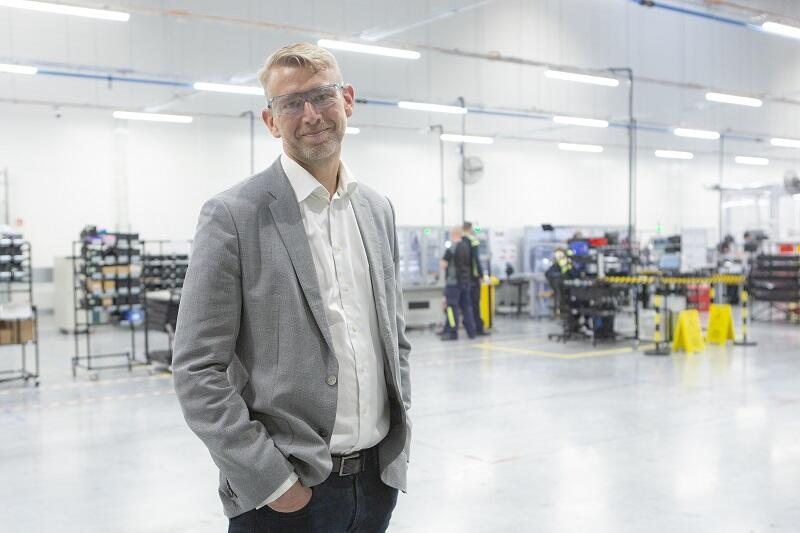 mężczyzna w średnim wieku we wnętrzu swojej fabryki w Gdańsku