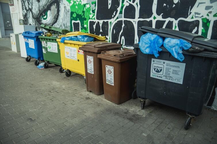 Pojemniki na odpady zasłaniające mural poświęcony Lechii Gdańsk. Taki stan rzeczy nie podoba się lokalnym kibicom klubu