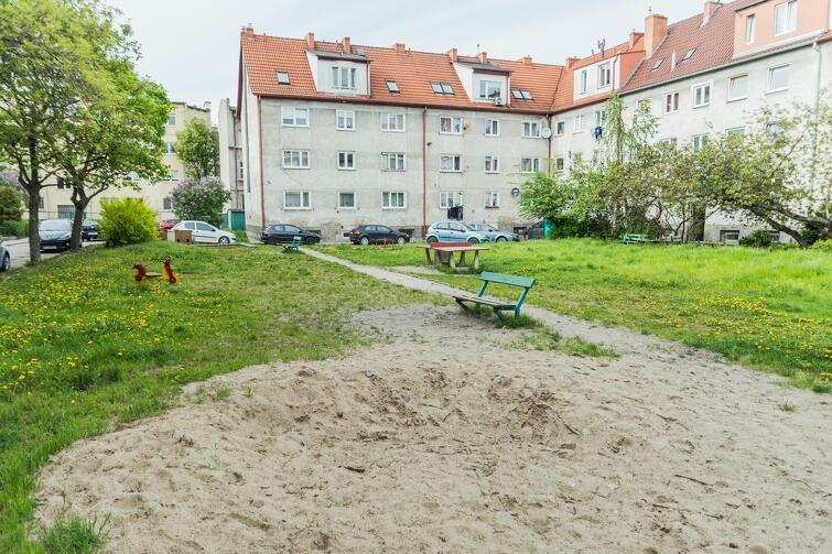 Radni dzielnicy chcą stworzyć przy ul. Twardej nowoczesny plac zabaw. Problem w tym, że część mieszkańców jest przeciwna