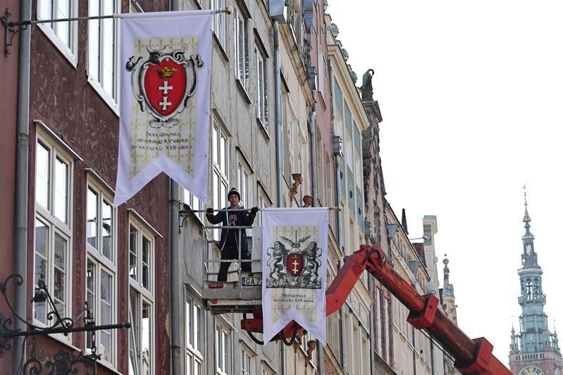 Podziwiać możemy 4 motywy z historycznymi herbami Gdańska: aktualny Herb Wielki Miasta Gdańska, herb Gdańska od początku XIV wieku do połowy XV wieku, herb Gdańska od połowy XV wieku do początku XVII wieku i herb Gdańska od początku XVII wieku