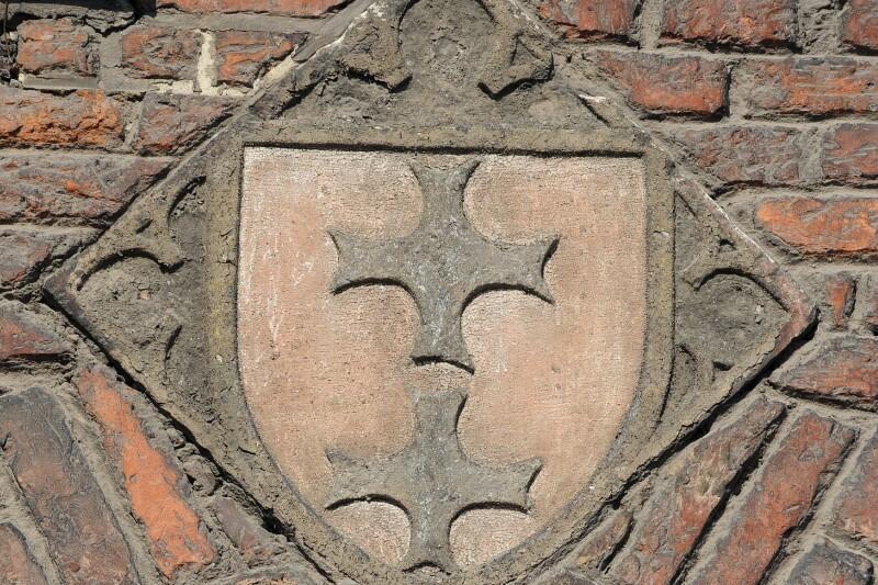 Jeden z najstarszych wizerunków herbu Gdańska - dwa srebrne (białe) krzyże na czerwonym polu - znajduje się na gotyckiej Bramie Chlebnickiej, od strony Długiego Pobrzeża. Dlaczego bez korony? Odpowiedź jest prosta: bramę wybudowano jeszcze za czasów krzyżackich, koronę do herbu miasta król Kazimierz Jagiellończyk dodał w roku 1457