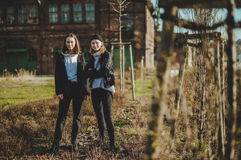 Od lewej: Agata Biernacik i Michalina Jasińska na terenie `PLONY. Ogród miejski`