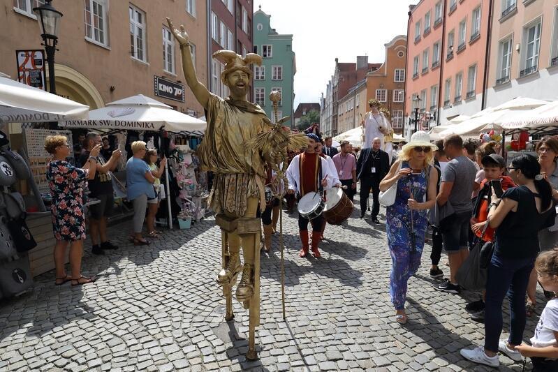 Scena z otwarcia ubiegłorocznego 759. Jarmarku św. Dominika. Ul. Tkacką idzie Hermes - starożytne bóstwo kupców i podróżnych. I jednych i drugich w tym roku nie zabraknie - właśnie rozpoczął się nabór dla wystawców z całej Polski i ze świata