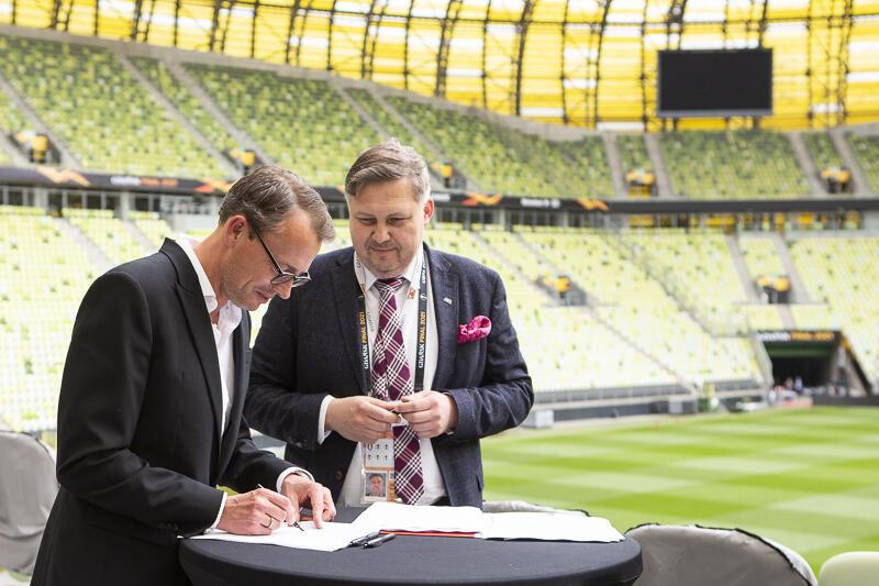 Podpisanie umowy sponsorskiej. Nz. od lewej Stanisław Janowski Prezes Zarządu Polsat, Rafał Mańkus Arena Gdańsk Sp. z o.o.