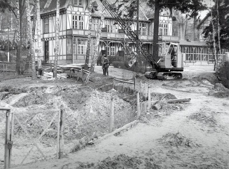 Zdjęcie przedstawia miejsce, gdzie dzisiaj swój basen mają foki. W tle widać stojący do dzisiaj budynek administracji Gdańskiego Ogrodu Zoologicznego