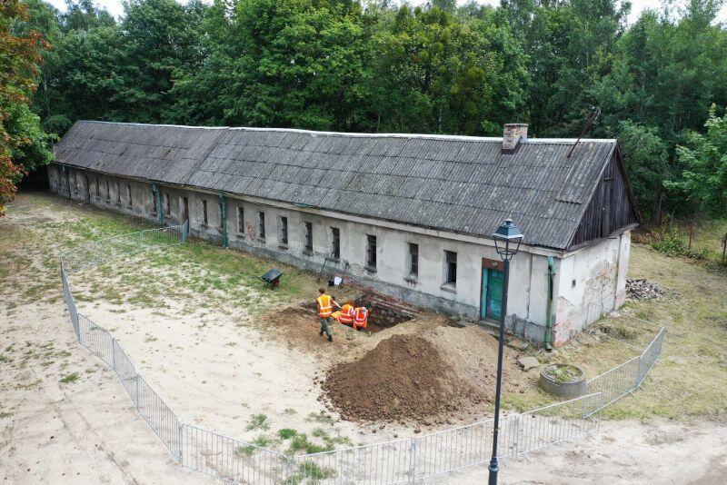 Zakres prac jest szeroki usunięty zostanie m.in stary eternitowy dach, zastąpią go dachówki