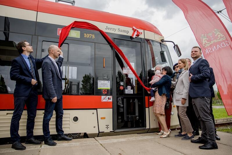 Tramwaj Pesa imienia prof. Jerzego Sampa to już 69 pojazd w Gdańsku, który ma swojego patrona