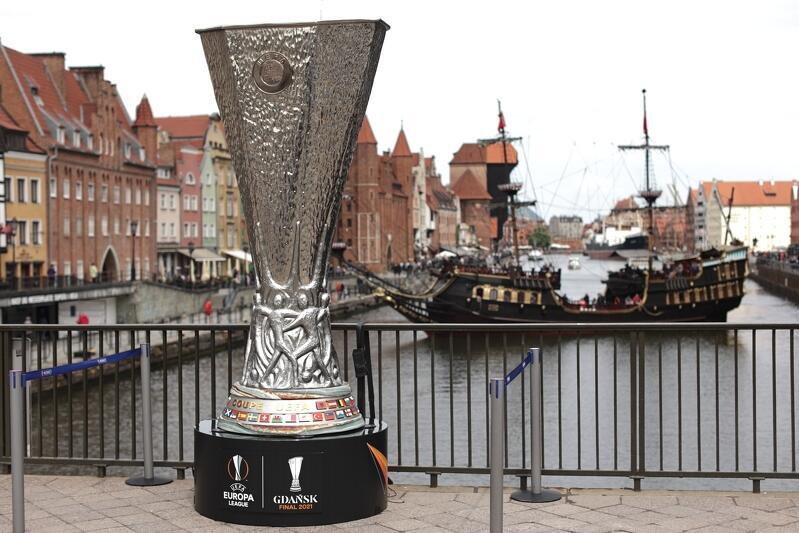 Kopia pucharu ma trzy metry wysokości i znakomicie prezentuje się na tle starego Gdańska