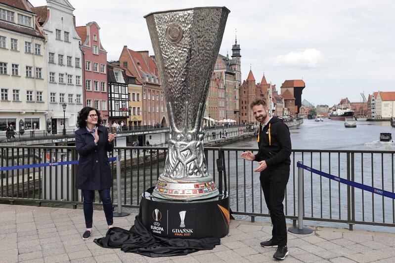 Nz. Aleksandra Dulkiewicz, prezydent Gdańska oraz Tom Fehler, kierownik projektu finału Ligi Europy UEFA w Gdańsku