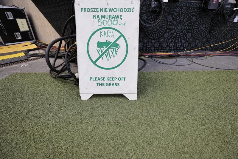 To nie żarty - za wejście na murawę boiska osoba nieuprawniona będzie musiała zapłacić karę 5 tysięcy złotych. Jakość trawy ma znaczenie dla jakości całego wydarzenia