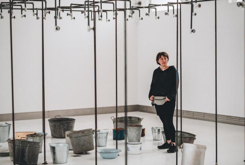 Elżbieta Jabłońska zajmuje się malarstwem, rysunkiem, grafiką, fotografią, instalacją oraz działaniami typu performance. Jej sztuka, określana jako postfemistyczna, często odnosi się do pozycji kobiet w społeczeństwie, jest grą ze stereotypami. Tym razem artystka zajęła się kondycją Ziemi