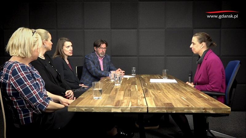 Z jakimi wyzwaniami mierzą się dzisiaj rodzice? O tym w ramach cyklu Tydzień rodziny  rozmawiali (od lewej): Ewa Dudek-Kuźmińska (Fundacja Dwie Kreski), Natalia Cyrzan (IKM/Hombanda), Katarzyna Bertrand (Fundacja Dwie Kreski), Andrzej Stawicki (MORP), Monika Chabior (zastępczyni prezydent Gdańska ds. rozwoju społecznego i równego traktowania