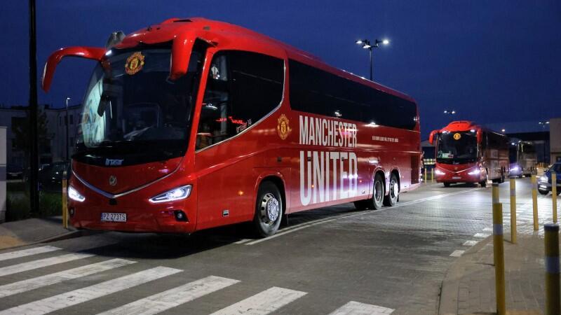 Autokary z piłkarzami Manchesteru United ruszają z lotniska do Śródmieścia Gdańska