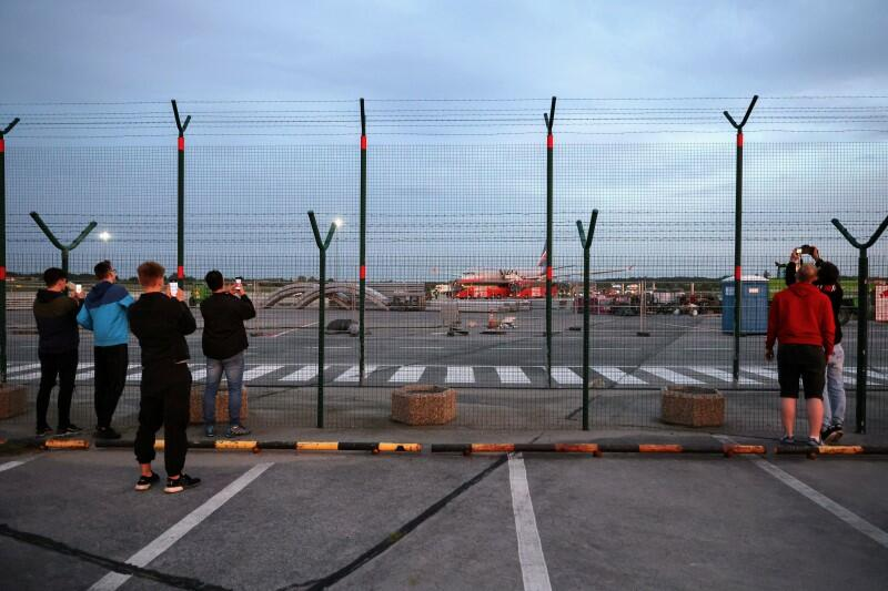 Przy ogrodzeniu lotniska zebrała się grupka fanów, dla których była to okazja do zrobienia pamiątkowego zdjęcia
