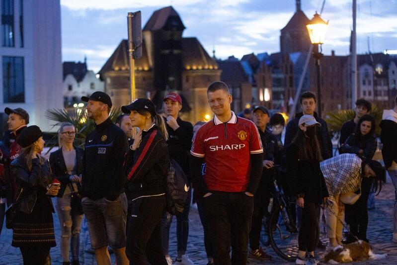 Pod Hotelem Gdańsk na ul. Szafarnia na ekipę Manchesteru United czekała grupa ponad 100 fanów