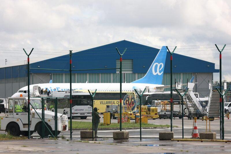 Samolot z Hiszpanami już na płycie lotniska w Rębiechowie