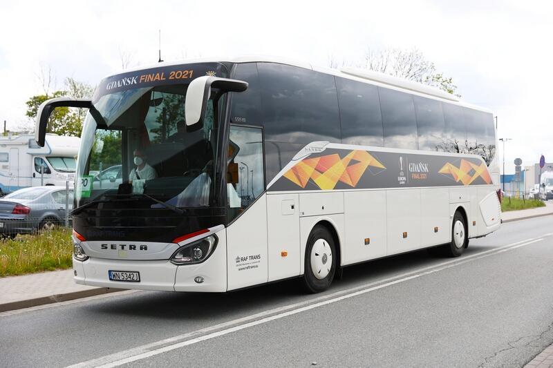 Drugi autokar przygotowany dla Hiszpanów - już w jasnych barwach z emblematami finału Ligi Europy