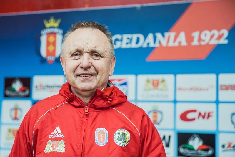 Trener Bogusław Bobo  Kaczmarek: - Zbigniew Boniek powiedział mi, że rozmawiał z Platinim i wszystko jest przesądzone, organizację mistrzostw dostaną Włochy. Przyjechałem do domu, włączyłem telewizor… Platini rozwija karteczkę i czyta, że organizatorami będą Ukraina i Polska. Ręce mu lekko zadrżały, głos się zmienił, ale musiał trzymać fason przed kamerami