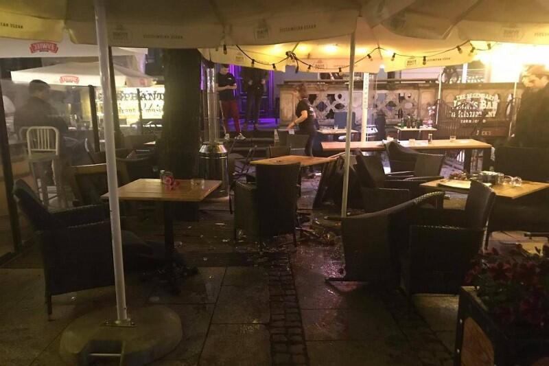 Zdemolowany ogródek restauracyjny na Długim Targu, w sercu turystycznej dzielnicy Gdańska. Policji nie było na miejscu, choć wiadomo, że kibice angielskiego Manchesteru United i hiszpańskiego Villarrealu przyjeżdżają do miasta od wtorku na środowy finał Ligi Europy UEFA