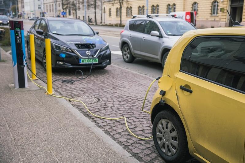 Pożądane są m.in. takie lokalizacje stacji ładowania elektrycznych pojazdów, które wymuszają naturalną rotację pojazdów, np. punkty użyteczności publicznej - nz. stacja przed Urzędem Miasta Gdańska przy Nowych Ogrodach