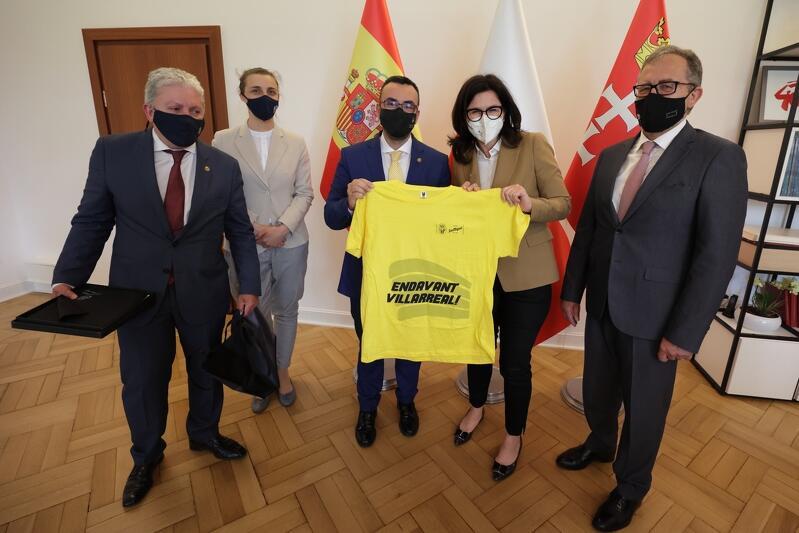 Spotkanie było okazją do wymiany doświadczeń m.in. w kwestiach ekonomicznych i radzenia sobie z pandemią, ale i do wręczenia sobie upominków. Wśród prezentów ze strony hiszpańskiej nie mogło zabraknąć żółtej koszulki klubowej