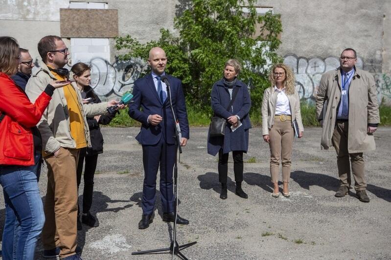 Od lewej: prezydent Alan Aleksandrowicz, Monika Żelazkiewicz - kierownik projektu Dolne Miasto, Magdalena Reńska - członek zarządu Euro Stylu oraz Piotr Lorens, architekt miejski