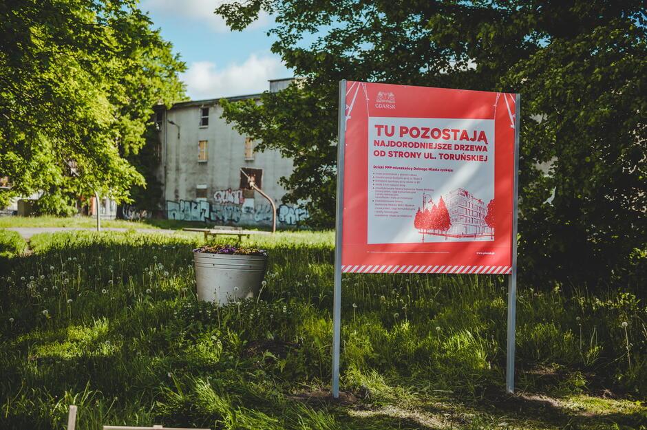 Tablica informująca o partnerstwie publiczno - prywatnym na Dolnym Mieście