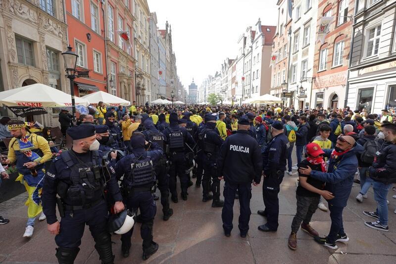 Funkcjonariusze policji na ul. Długiej i Długim Targu