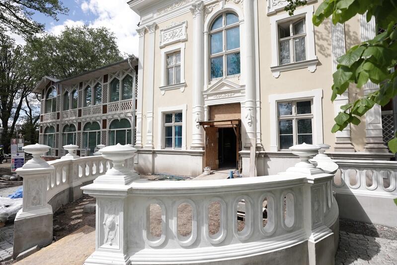 Odtworzona betonowa forma balustrady tarasu przed głównym wejściem do Domu Zdrojowego