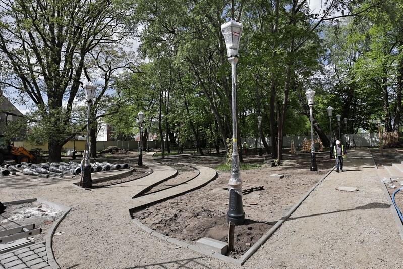 W parku przyległym do Domu Zdrojowego stoją już pierwsze latarnie, wijące się alejki spacerowe niedługo pokryje docelowa nawierzchnia z tzw. mieszanki optymalnej żwirowo-gliniastej