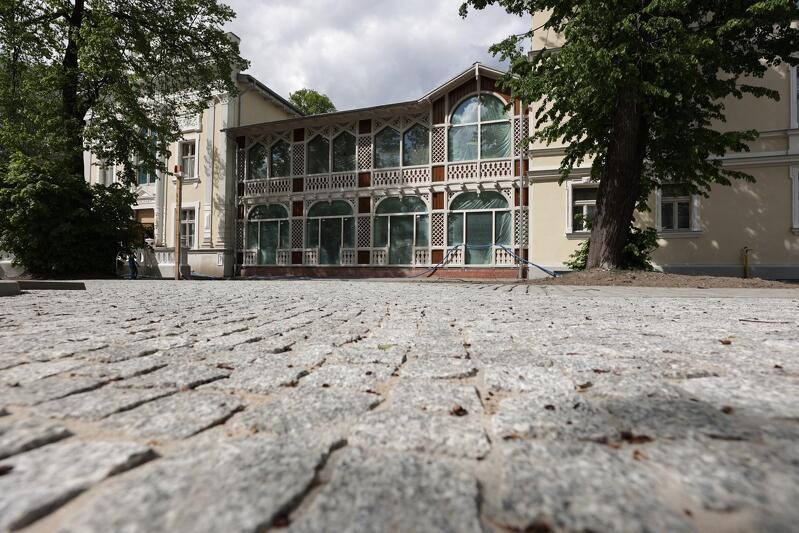 Dom Zdrojowy w Gdańsku Brzeźnie, maj 2021, roboty brukarskie na terenie wokół remontowanego zabytku ukończono w 80 proc.