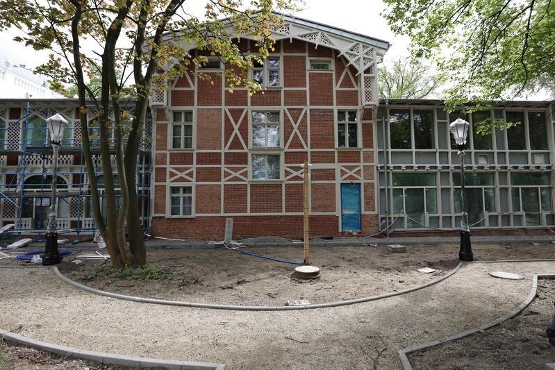 Dom Zdrojowy od strony plaży, w środku zdjęcia część centralna, z prawej część edukacyjna, z lewej - noclegowa