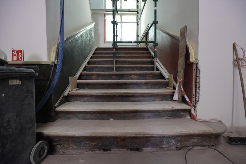 Szeroka i prosta zabytkowa klatka schodowa prowadzi na poddasze poprzez piętro z holu głównego