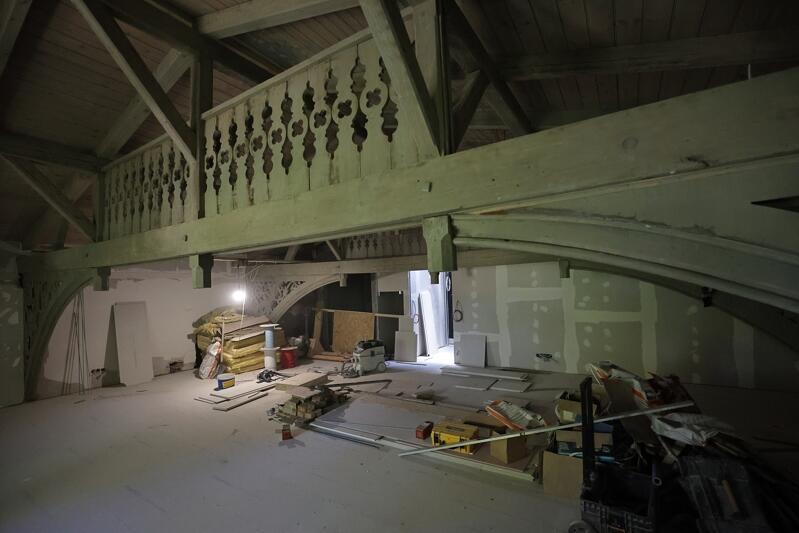 Dwa laubzekiny zdobiące konstrukcję dachu w centralnej części Domu Zdrojowego zostały odrestaurowane na miejscu