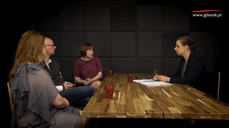 Nz. od lewej: Maria Kadłubowska (Parkowisko), Mariusz Wilk (pedagog), Agnieszka Chomiuk (MOPR), po prawej - Monika Chabior, zastępczyni prezydent Gdańska ds. rozwoju społecznego i równego traktowania