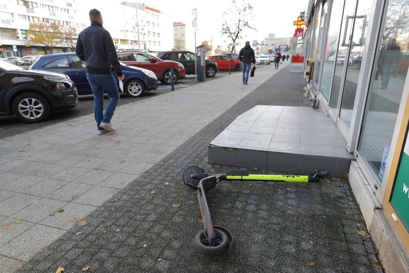 Nierzadko ktoś wynajmuje hulajnogę elektryczną, a potem porzuca ją w takim miejscu, że stwarza to zagrożenie - a co najmniej utrudnienie ruchu - dla innych osób. Miasto od miesięcy stara się zrobić z tym porządek