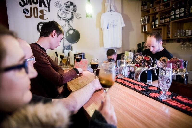 Wnętrze kawiarni, bar, mężczyzna pije piwo