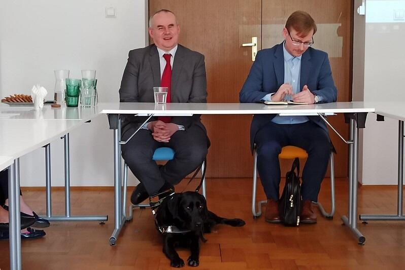 Paweł Wdówik wiceminister rodziny i polityki społecznej (z lewej) podczas wizyty w siedzibie OM G-G-S