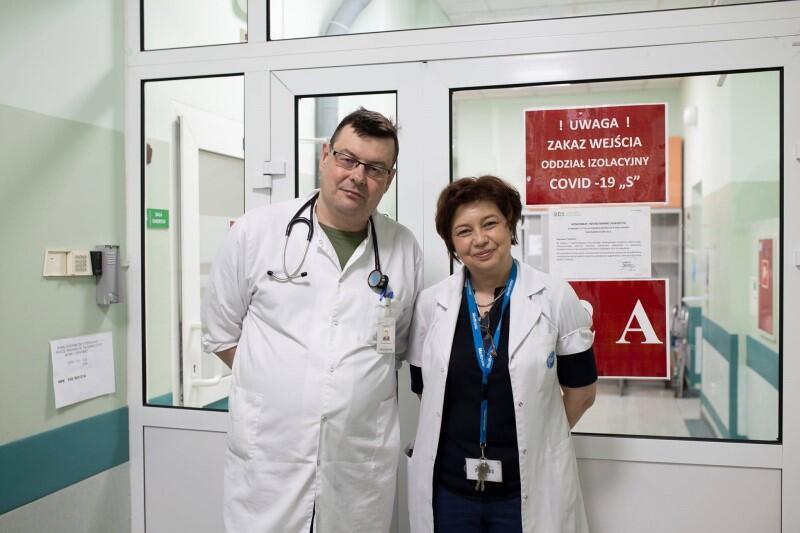 Mężczyzna i kobieta w średnim wieku w białych fartuchach lekarskich